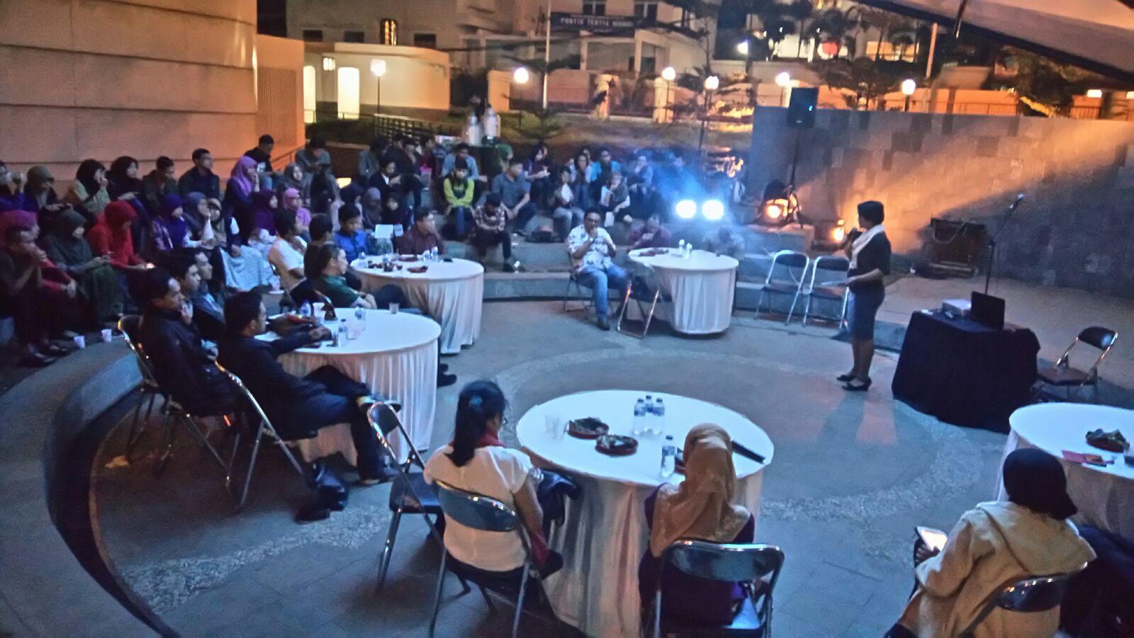 """Suasana Bincang Isola bertajuk """"Pendidikan Jangan Dikorpusi"""" di Teater Terbuka Museum Pendidikan Nasional UPI. (DOK. ISOLAPOS.COM)"""