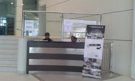 Dua penjaga tiket Museum Pendidikan Nasional Universitas Pendidikan Indonesia (UPI), Rabu (13/01).
