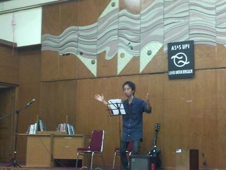 Peserta Konser Apresiasi Literasi saat membacakan puisi, di Gd. Geugeut-Winda (PKM), Jumat (22/01).