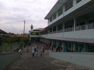 Siswa-siswa Sekolah Dasar Hikmah Teladan, sedang bermain di halaman sekolahnya.