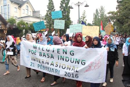 """Suasana Aksi yang bertemakan """"Pok Pék Prak Nyarita Ku Basa Sunda"""", yang digelar sepanjang rute Car Free day (CFD), dimulai dari Simpang Dago hingga daerah Cikapayang, dengan center point di depan Rumah Sakit Boromeus."""