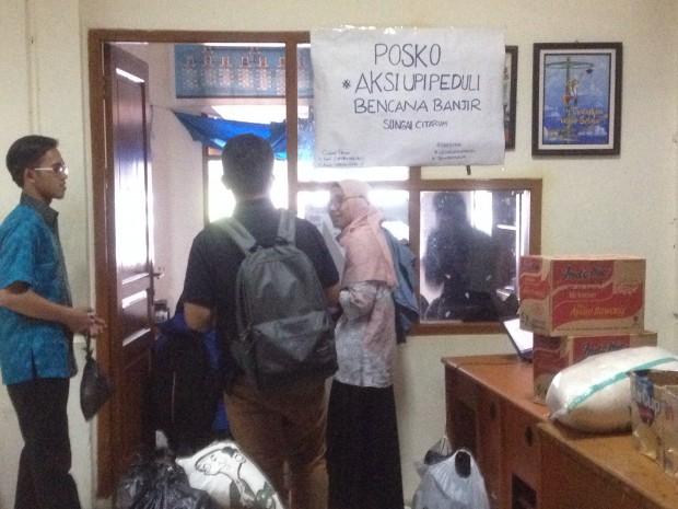 Sejumlah Mahasiswa UPI mendatangi sekre  BEM REMA yang di jadikan posko untuk memberikan bantuan berupa uang, pakaian, makanan, dll, Rabu (16/3). (isolapos.com/Muhammad Ikhsan)