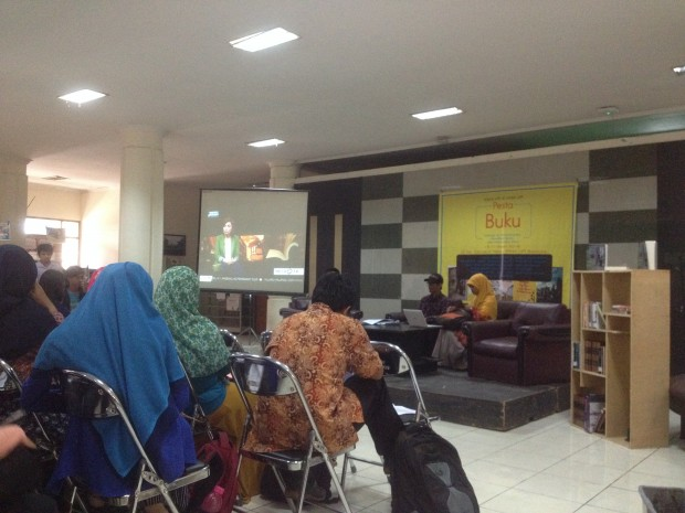 Rosita Rahma (kanan) dan Ilham Mahfuddin (kiri) dalam acara Pesta Buku di Gedung Geugeut Winda (PKM), Selasa (15/3). Acara Tersebut mendiskusikan buku Anak-Anak Multatuli karya Ubaidilah Muchtar yang menjelaskan tentang perjalanan seorang Ubaidilah yang menerapkan metode reading group –kelompok membaca– novel Max Havelaar karangan Multatuli pada anak-anak di Taman Baca Multatuli Desa Ciseel, Kabupaten Lebak, Banten. (isolapos.com/ Syawahidul Haq)