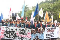 BEM-SI (Badan Eksekutif Mahasiswa Seluruh Indonesia) mengadakan aksi menuntut 5 hal atas 2 tahun kinerja Jokowi-JK. (isolapos.com/Ergiana Fitri)